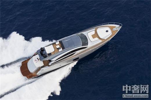 作为法拉帝集团旗下的世界领先开放式游艇品牌,博星游艇主要生产15至35米的高性能开放式动力游艇。博星选择在业内最首屈一指的盛会海南海天盛筵上,发布其最新款游艇备受期待的博星82。    博星82同样由博星游艇设计师Fulvio De Simoni亲自执笔设计,并与法拉帝集团AYTD先进游艇技术及设计中心通力合作研发而成。这一最新款游艇以其82英尺艇身的一流设计、优异的性能,以及船上生活的最佳舒适性,彰显了这个来自意大利蒙多尔福的游艇品牌的显著特征。 作为博星80这个成功前身的当代诠释,新的博星82