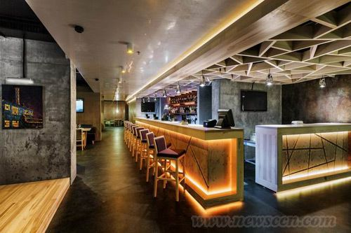 镂空的木质吊顶和斑驳的的吧台又充满了小酒吧那种魅力,单独的小包间