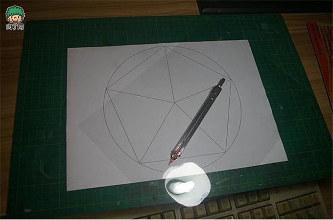 裁掉其中一份等腰三角形折出上图这貌似金字塔