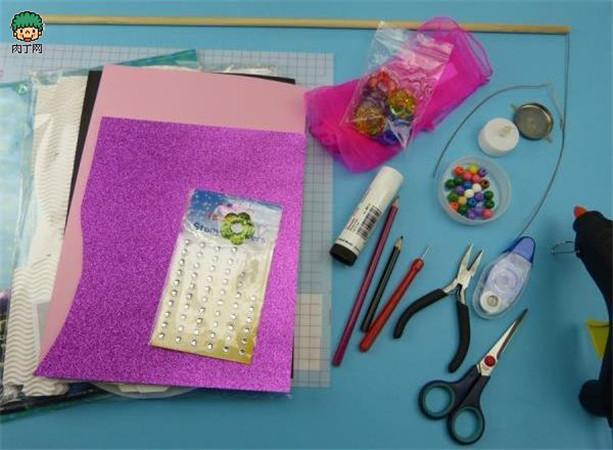 元宵节灯笼制作第一步:准备好需要使用到的材料和工具,我们能够看到,材料方面除过一些卡纸之外,还有瓦楞纸哦,当然大家可以根据自己的需要准备材料。工具为一些日常常用的手工制作工具; 元宵节灯笼制作第二步:将图纸下载(图纸在本教程最后一页),然后将其打印出来,并且在瓦楞纸上进行裁切,同时准备灯具。 元宵节灯笼制作第三步:准备圆形的瓦楞纸纸皮。 元宵节灯笼制作第四步:剪裁装饰性纸片。 元宵节灯笼制作第五步:第二步获得的结构进行双面的立体化包裹。 元宵节灯笼制作第六步:这个时候按照图纸,剪裁出其他装饰性的小元件。