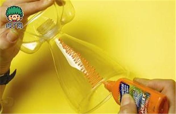 再适当利用丙烯颜料在塑料瓶茶杯上随意画出一些彩色