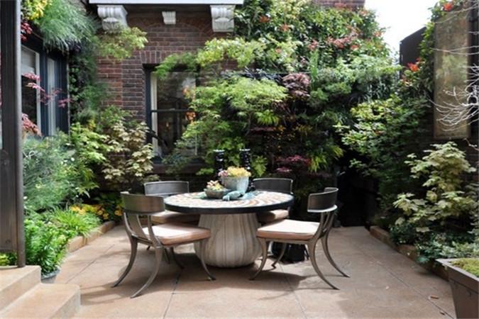 用灌木花朵装饰阳台